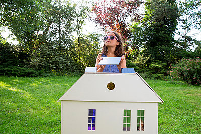 Child showing how to make your house more sustainable - p1231m2291900 by Iris Loonen