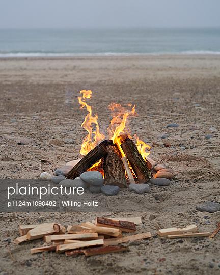 Lagerfeuer am Meer - p1124m1090482 von Willing-Holtz