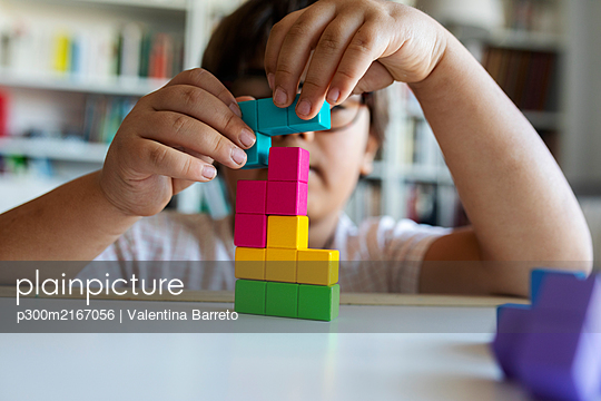 Little boy playing with building blocks at home - p300m2167056 by Valentina Barreto