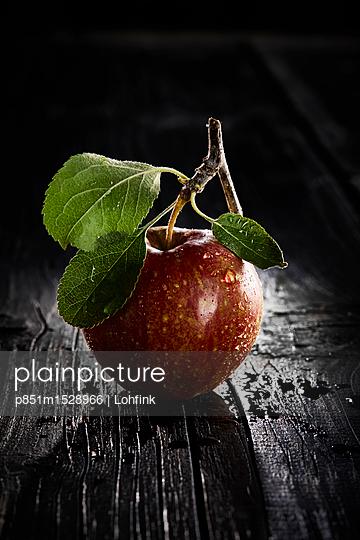Fresh apple - p851m1528966 by Lohfink