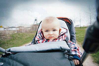 Germany, Oberhausen, Blond baby boy sitting in pram - p300m2213764 by Gabi Dilly