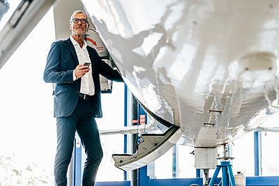 Reifer Geschäftsmann besteigt seinen Privatjet - p586m1208589 von Kniel Synnatzschke