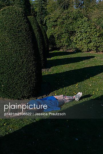 Frau im Park - p1491m2108522 von Jessica Prautzsch