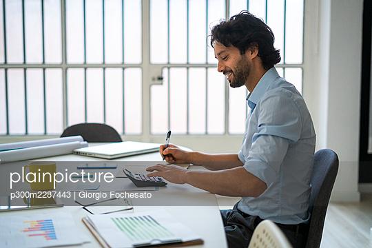 Businessman in the office - p300m2287443 von Giorgio Fochesato