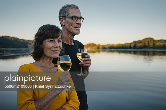 Mature couple drinking white whine at Lake Baldeneysee  - p586m2109063 by Kniel Synnatzschke