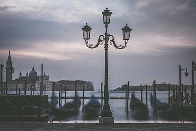 Morgens in Venedig - p1512m2054289 von Katrin Frohns