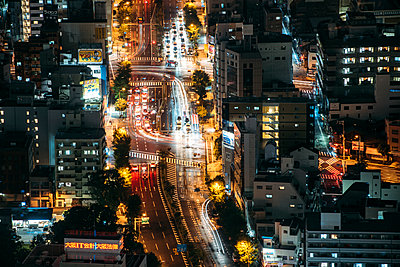 Japan, Osaka Prefecture, Osaka, Aerial view of city traffic at night - p300m2202590 by klublu