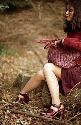 Frau sitzt im Wald - p4470276 von Anja Lubitz
