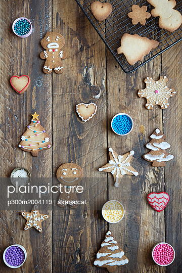 Decorated and unfinished gingerbread cookies on wood - p300m2004119 von skabarcat