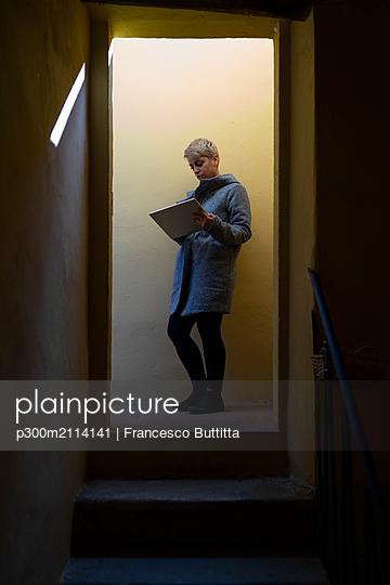 Young woman with digital tablet - p300m2114141 von Francesco Buttitta