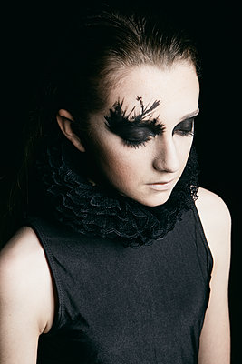 Teenage girl with Gothic Make-up - p1540m2271349 by Marie Tercafs