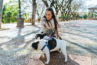 Woman caressing her two dogs - p300m2012695 by Kiko Jimenez