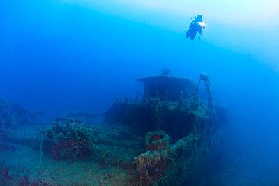 France, Corsica, Scuba diver exploring sunken shipwreck of Alcione C tanker - p300m2154113 by Christian Zappel