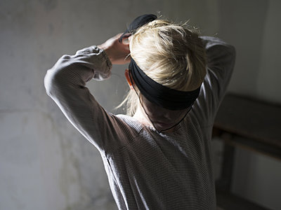 Girl wearing blindfold - p945m1586624 by aurelia frey