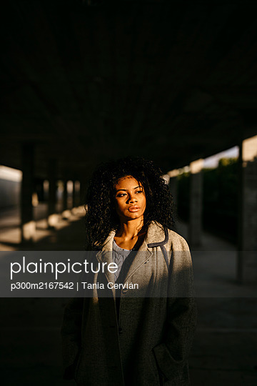 Portrait of a young woman in a parking garage - p300m2167542 von Tania Cervián