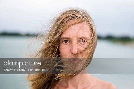 Junge Frau mit wehenden Haaren - p552m1161307 von Leander Hopf