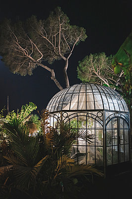 Greenhouse by night - p1150m2014698 by Elise Ortiou Campion