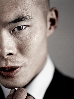 Asiatischer Geschäftsmann, Porträt - p1207m1112620 von Michael Heissner