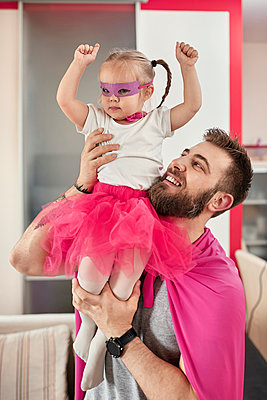 Father and daughter playing superhero and superwoman - p300m2114924 by Zeljko Dangubic
