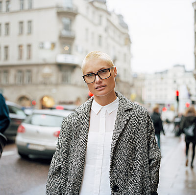 Sweden, Stockholm, Portrait of mid adult woman in city - p352m1126368f by Johan Mård