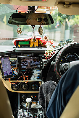 Taxi driver in Bangkok with full equipment - p728m2099854 by Peter Nitsch