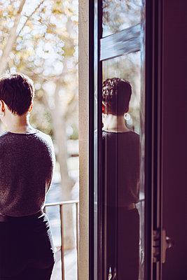 Waiting young woman - p795m2044785 by JanJasperKlein