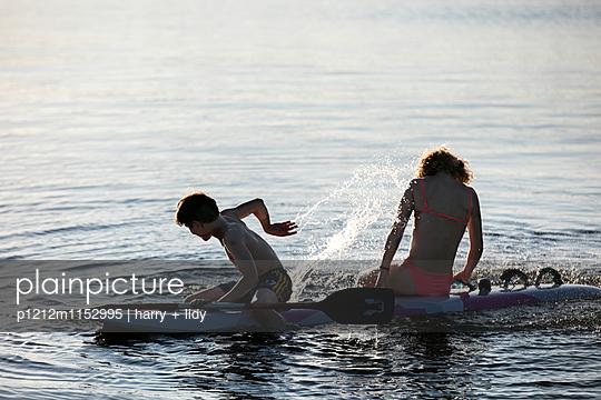 Kinder auf dem Surfbrett - p1212m1152995 von harry + lidy