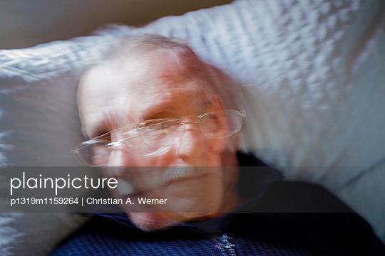 abstraktes Portrait eines älteren Mannes - p1319m1159264 von Christian A. Werner