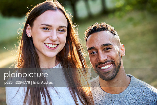 Portrait of smiling young couple - p623m2294776 by Eric Audras