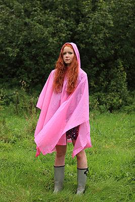 Frau trägt roas Regencape - p045m1172662 von Jasmin Sander