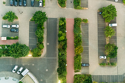 Aerial view of parking area in Düsseldorf - p1332m1460911 by Tamboly