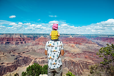 USA, Arizona, Grand Canyon National Park, father and baby girl enjoying the view - p300m1587392 by Gemma Ferrando