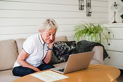 Woman using laptop - p312m2139716 by Anna Johnsson