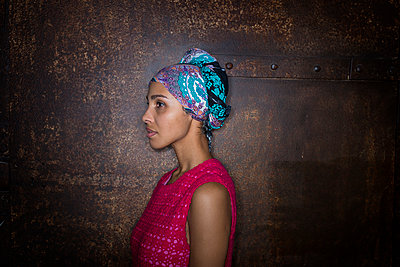 African woman, portrait - p427m2044963 by Ralf Mohr