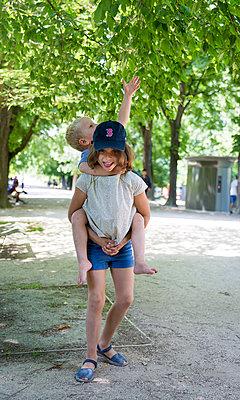 Mädchen trägt Jungen Huckepack - p756m1464789 von Bénédicte Lassalle