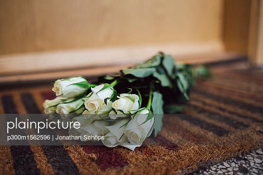 plainpicture - plainpicture p300m1562596 - Bunch of white farewell flo... - plainpicture/Westend61/Jonathan Schöps