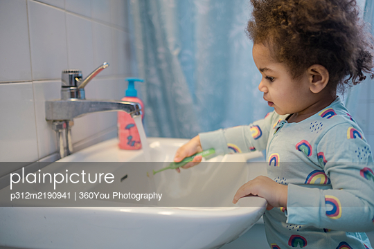 Toddler girl in bathroom - p312m2190941 by 360You Photography