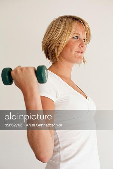 Blonde junge Frau trainiert - p5862763 von Kniel Synnatzschke