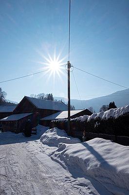 Bauernhaus im Schnee - p1190m1552978 von Sarah Eick