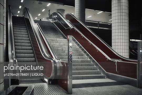 Metro, empty escalator, Hamburg, shutdown due to Covid-19 - p1276m2178401 by LIQUID