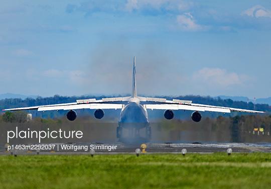 Antonov AN-124 after landing - p1463m2292037 by Wolfgang Simlinger