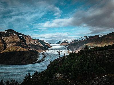 Mann am Salmon Glacier - p1455m2193337 von Ingmar Wein
