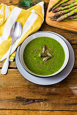 Fresh green asparagus, asparagus soup in bowl - p300m1587271 von Giorgio Fochesato