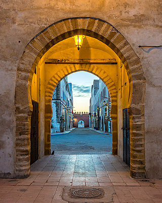 Arched entrance through city walls to medina old town, Essaouira, Marrakesh-Safi, Morocco - p343m1543739 by Jason Langley photography