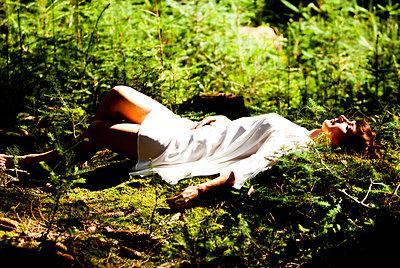 Schlaf auf Moosboden - p772m881697 von bellabellinsky