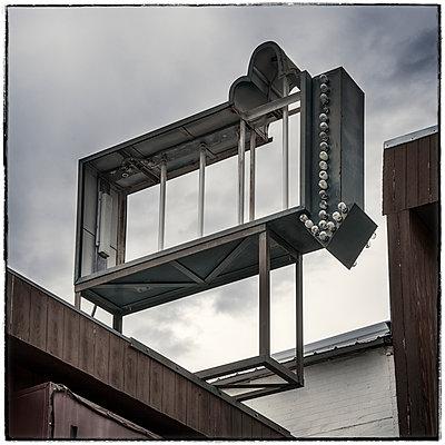 Leeres Werbeschild auf einem Dach - p1154m1217554 von Tom Hogan