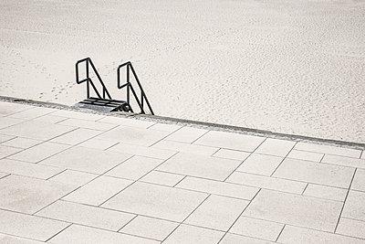 Treppe an der Borkumer Promenade - p1162m1475408 von Ralf Wilken