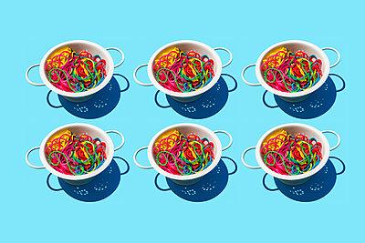 Studio shot of colanders with colorful pasta - p300m2198271 by Gemma Ferrando