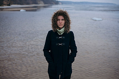 Caucasian woman wearing coat near ocean - p555m1522976 by Dmitriy Bilous