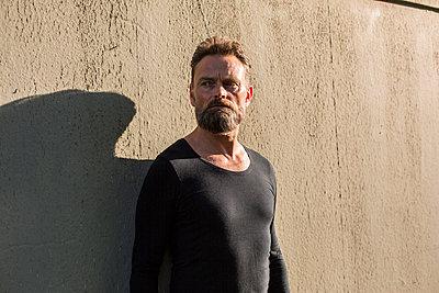 Mann vor einer Wand - p975m1464751 von Hayden Verry